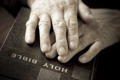 Mains sur la bible Images libres de droits