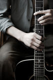 Mains sur la guitare Photos stock