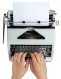 Mains sur la machine à écrire Image stock