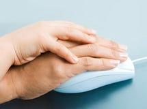 Mains sur la souris Photos libres de droits