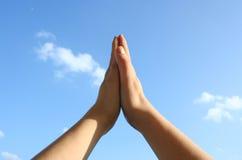 Mains sur le ciel images libres de droits