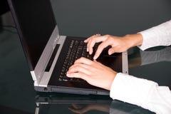 Mains sur le clavier Image stock