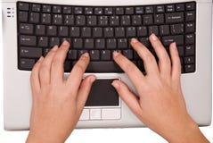 Mains sur le clavier d'ordinateur à partir du dessus Photos stock