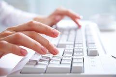 Mains sur le clavier d'ordinateur photos stock
