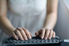 Mains sur le clavier de machine à écrire Images libres de droits