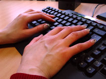 Mains sur le clavier de PC Photos stock