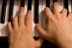 Mains sur le clavier de piano Image libre de droits