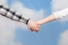 Mains sur le fond de ciel Image stock