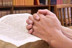 Mains sur le livre Image stock