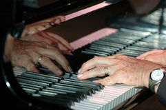 Mains sur le piano Photos stock