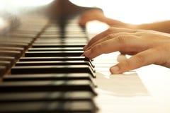 Mains sur le piano photo libre de droits