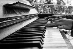 Mains sur le piano image stock