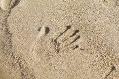 Mains sur le sable Image libre de droits