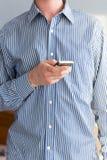 Mains sur le smartphone image stock