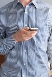 Mains sur le smartphone photos libres de droits
