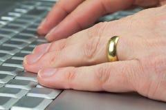 Mains sur un clavier Photographie stock