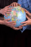 Mains sur un globe Photo stock