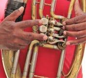 Mains sur un instrument en laiton, jouer de musiciens extérieur, fin  images stock