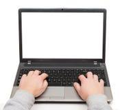 Mains sur un ordinateur portable avec l'écran vide d'isolement Image stock