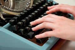 Mains sur une machine à écrire Image stock