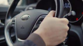 Mains sur une roue de voiture banque de vidéos