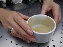 Mains sur une tasse. Image libre de droits