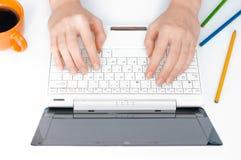 Mains tapant sur l'ordinateur photographie stock libre de droits