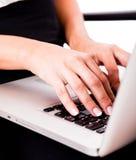 Mains tapant sur l'ordinateur portatif Image stock