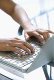 Mains tapant sur le clavier. Images libres de droits