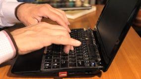 Mains tapant sur le clavier clips vidéos