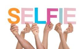 Mains tenant des lettres pour former le selfie photos libres de droits