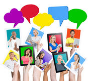 Mains tenant des Tablettes avec des personnes sur elles Image stock