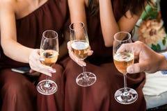 Mains tenant des verres et grillant, moment de fête heureux, concept de luxe de célébration Images stock