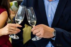Mains tenant des verres et grillant, moment de fête heureux, concept de luxe de célébration Images libres de droits