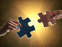 Mains tenant deux morceaux de puzzle Image stock
