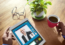 Mains tenant la communication de personnes de Tablettes de Digital Photos libres de droits