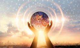 Mains tenant la connexion réseau globale de la terre et de structure de cercle de vague photos libres de droits