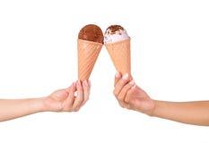 mains tenant la crème glacée  Photographie stock libre de droits