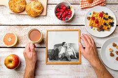 Mains tenant la photo des aînés, le repas breakfest Projectile de studio Image stock