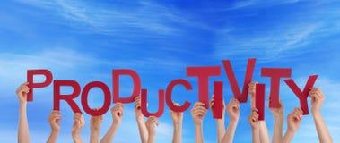 Mains tenant la productivité dans le ciel image stock