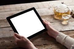 mains tenant la tablette numérique avec l'écran Photographie stock libre de droits