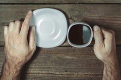 Mains tenant la tasse Image libre de droits
