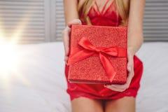 Mains tenant le boîte-cadeau rouge photo libre de droits