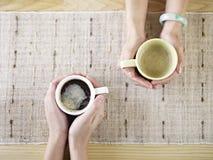 Mains tenant le café Image libre de droits