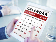 Mains tenant le calendrier de Tablette de Digital Image stock