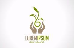Mains de logo tenant l'icône abstraite d'usine. Concentré vert Images libres de droits