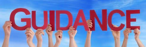 Mains tenant le ciel bleu de conseils droits rouges de Word Image stock