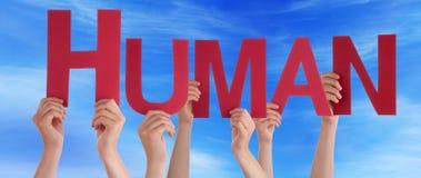 Mains tenant le ciel bleu humain droit rouge de Word Photos stock