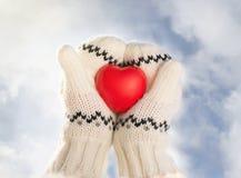 Mains tenant le coeur en caoutchouc Image libre de droits