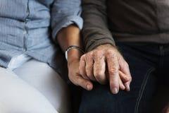 Mains tenant le concept de soin d'amour Photo stock